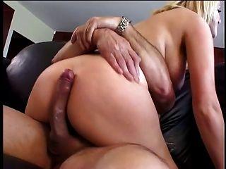 बड़े स्तन गोरा एक बड़ा मुर्गा की सवारी प्यार करता है