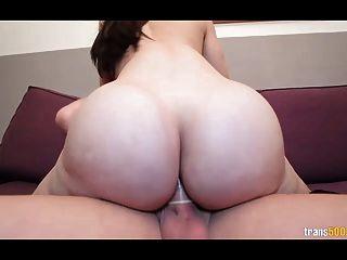 विशाल गधे के साथ सेक्सी किन्नर और स्तन मुश्किल मुर्गा लेता है