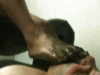 गंदी पैर मारो