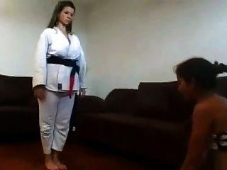 मालकिन ने अपने दास चेहरे पर 2 के 2 भाग के लिए कराटे प्रशिक्षण दिया था