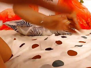 लड़की उंगलियों और खिलौने के साथ उसे बिल्ली विशाल धार शो