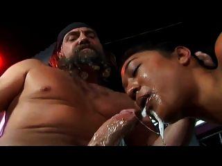 मोटा एशियाई एक गंदा blowjob देता है