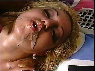 गोरा उसके मुंह में दो लोड हो जाता है और सह बुलबुले करता है