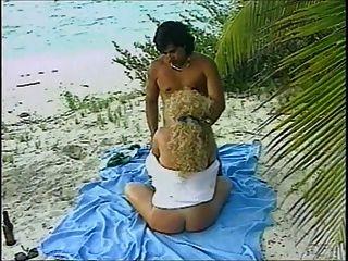 समुद्र तट और स्तन