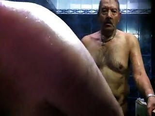 सॉना में गर्म पिताजी