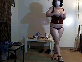 busty, वेब कैमरा पर मुखौटा नृत्य में मोटा लड़की