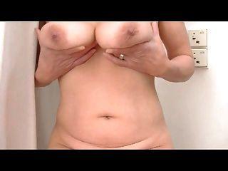 Busty टीना मेरे स्तन फिर से भाग 2 मिलाते हुए