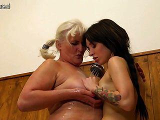 पुराने दादी बाथरूम में एक युवा लड़की seducing