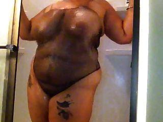 मोटा बेब एक शॉवर ले