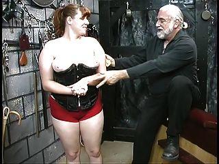 कोर्सेट में युवा बीडीएसएम दास लड़की श्यामला spanked और तहखाने में caned है