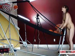 महान निकायों के साथ दो लड़कियां पट्टी बास्केटबॉल शूट करते हैं