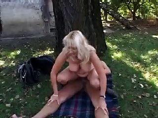 गोरा माँ बकवास और चेहरे में बगीचे में