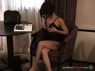 छोटे नीचे पहनने के कपड़ा प्रेमिका उंगलियों बिल्ली और अश्लील magazi पढ़ता है