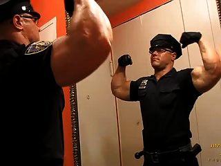 मांसपेशी पुलिस गिनो डेल वेस्कियो नग्न हो जाता है