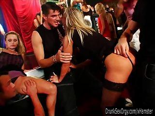गर्म पार्टी लड़कियों क्लब नंगा नाच में डिक्स चूसना