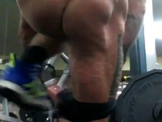 str8 पुरुषों लगभग जिम पर नग्न पकड़ा