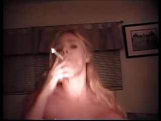 एक एक धूम्रपान ब्यूटी ग्राहक भाग 2a को पूरा करता है