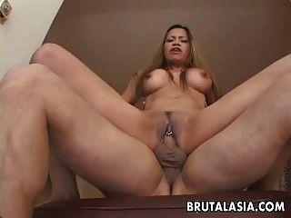 Busty एशियाई कुतिया उसके छेदा योनी में fucked हो जाता है