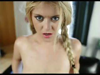 सुनहरे बालों वाली लड़की अपने सह चाहता है