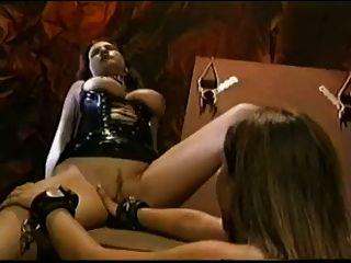 चमड़े के जूते में बड़े titted लड़की fucks