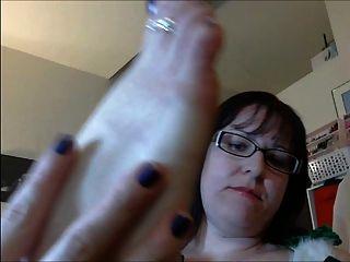 गनी गलफुला लड़की छुट्टी पैर की अंगुली चूसने में
