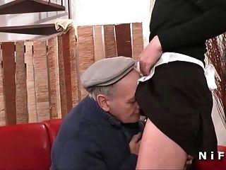 फ्रेंच नौकरानी हार्ड 3some में papy साथ fucked