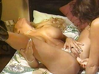 विंटेज busty छेदा समलैंगिक स्ट्रैपआन सेक्स