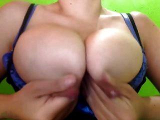 लैटिना दुहना बड़े सूज स्तन