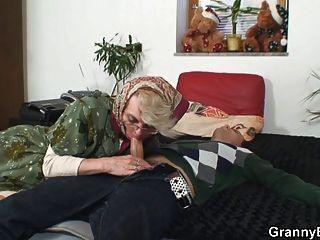 शरारती दादी उसे बिल्ली दे देता है