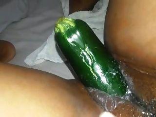 द्वीप लड़की उसे मलाईदार योनी के ऊपर ककड़ी लेती है