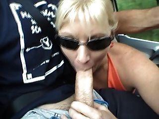 कार में milf blowjob