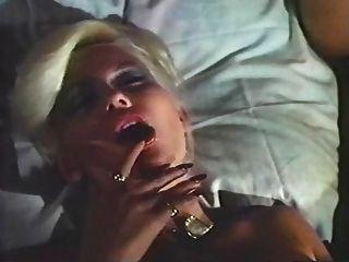 चीख़ी बिस्तर पर महिला