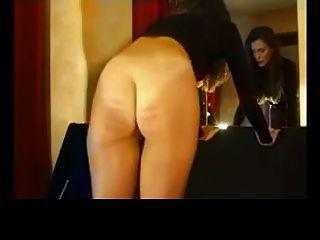 तंग काले पैंट में लौरा कैनिंग