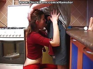 लाल में लड़की एक मुर्गा चाहता है
