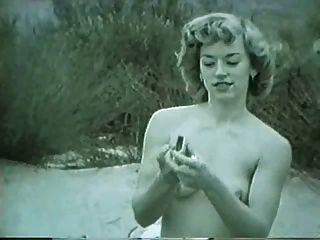रेगिस्तान में लड़की को पिन करें