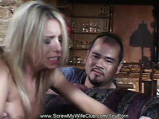 पति अपने सींग का बना हुआ पत्नी साझा करता है