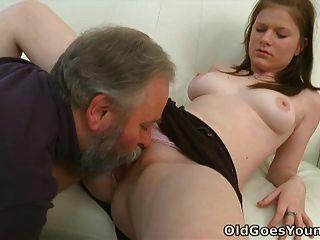 मारिया एक बूढ़े आदमी उसे बकवास देता है और फिर उसके प्रेमी हो जाता है