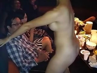 नग्न एशियाई लड़की गोद नृत्य