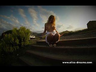 सड़क के पास नग्न चमकती