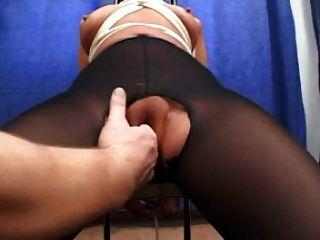 बाँध और फट pantyhose में fisted