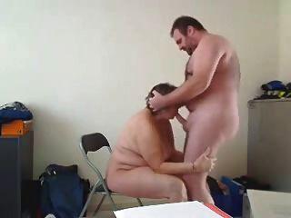 गृहिणी एक अच्छा blowjob बनाता है और पीछे से गड़बड़ हो जाता है