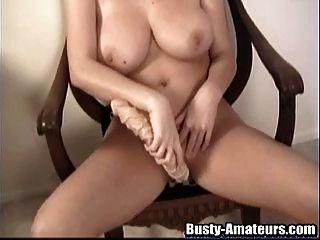 busty सारा एक विशाल खिलौना के साथ उसकी योनी अभ्यास