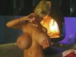 एक महिला एक कामुक स्नान लेता है
