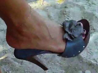 उसे सेक्सी पैर दिखाना