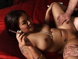 ड्रैगिनलैडीज में लीलीनी ली धूम्रपान बुत