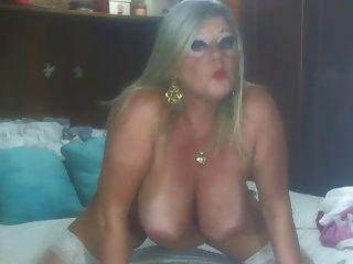 सुनहरे बालों वाली वेबकैम पर परिपक्व