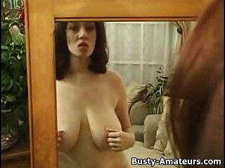 कैथ्रेंस अपने स्तन और बिल्ली खेल रहे हैं