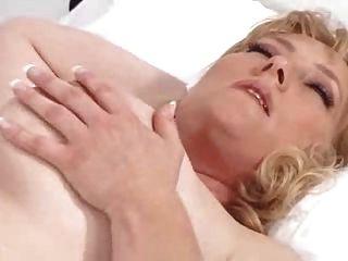एक अच्छी नर्स रोगी का ख्याल रखता है