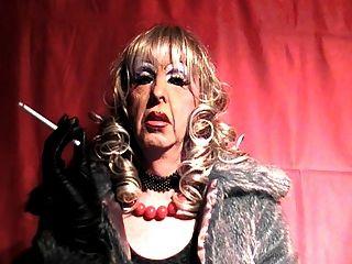 परिपक्व tranny वेश्या धूम्रपान करता है
