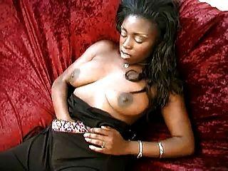 आबनूस सौंदर्य उसके सेक्सी शरीर का पता चलता है